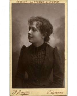Portrait de jeune fille de profil