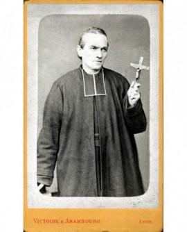 Ecclésiastique en rabat debout un crucifix à la main