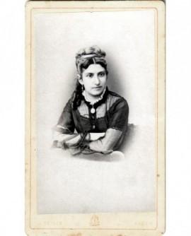 Jeune femme assise en robe à transparences