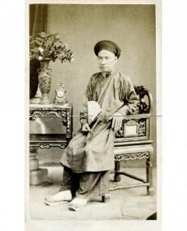 Mandarin en turban assis, son éventail à la main.
