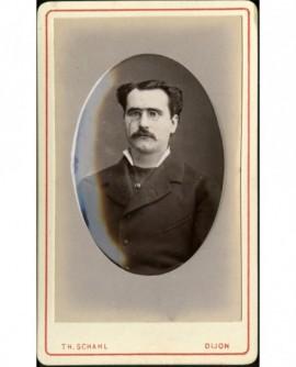 Homme moustachu avec binocles