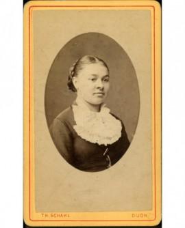 Portrait de jeune fille au jabot de dentelle