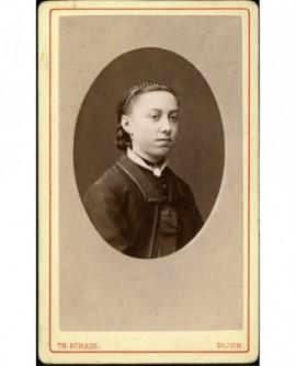 Portrait de jeune femme au serre-tête