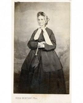 Femme en robe et mantelet noirs, capeline blanche