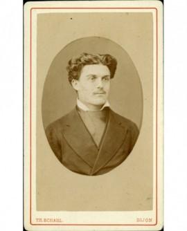 Portrait d'homme jeune à large cravate