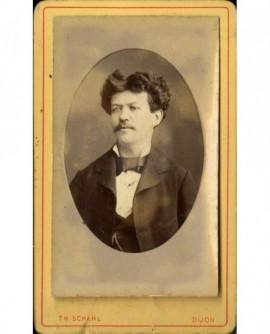 Portrait d''homme jeune moustachu