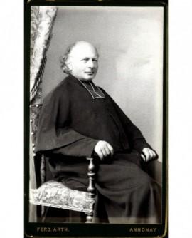 Ecclésiastique chauve en rabat assis (souriant).