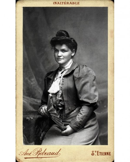 Femme assise éventail ouvert en main
