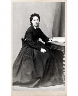 Femme assise à une table