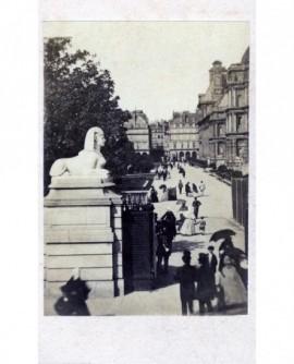 Entrée du jardin des Tuileries, promeneurs (avant 1870)