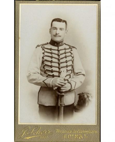 Militaire du 4ème (hussard), gants et sabre en mains
