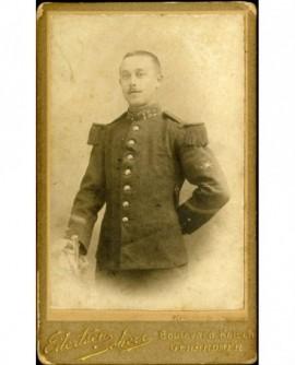 Militaire du 152è chasseurs, appuyé sur un fauteuil