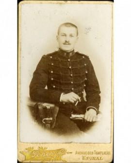 Militaire du 8è d\'artillerie assis, cigarette et gants
