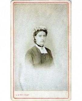 Portrait d'une femme en coiffe de soubrette