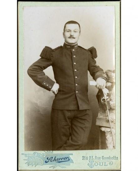 Militaire moustachu du 160è, gants à la main
