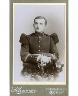 Militaire (caporal) du 153è, bras croisés sur baionnette