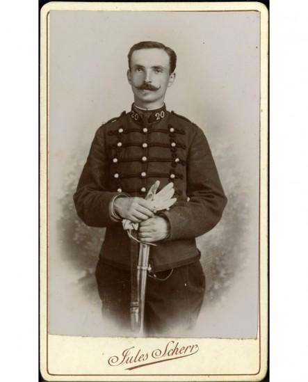 Militaire moustachu du 20è, gants et sabre en mains