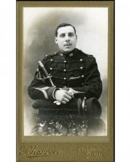 Militaire du 60è, bras croisés sur son sabre
