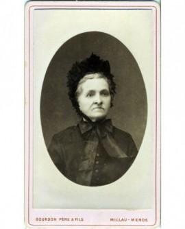 Portrait d'une femme en bonnet noir à ruban