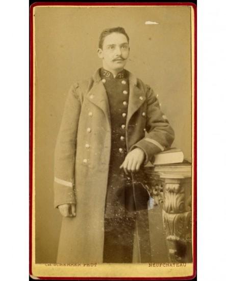 Militaire (caporal) en capote du 79è, livre sous le coude