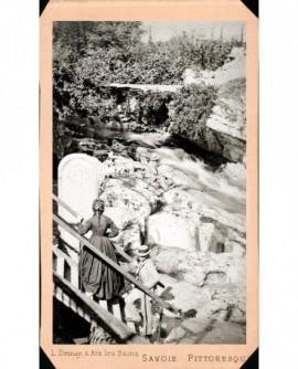 Cascade de Gresy-sur-Aix, près d'Aix-les Bains, personnages au premier plan