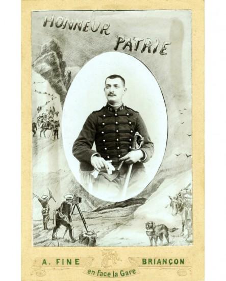 Portrait militaire du 14è (dragon), gants, sabre et cigare à la main