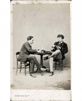Composition: deux hommes jouant aux cartes