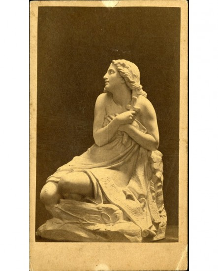 Statue de femme repentante, un crucifix à la main (Ste Madeleine?)