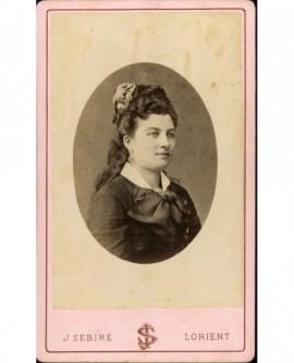 Portrait de femme avec fleurs dans les cheveux