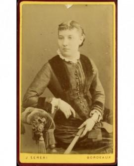 Portrait de jeune femme, un éventail à la main
