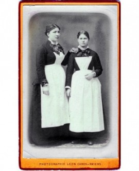 Deux soubrettes (robe noire et tablier blanc), l'une met la main sur l'épaule de l'autre