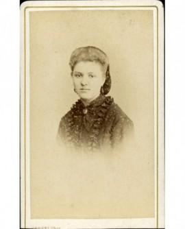 Portrait de jeune femme au filet retenant ses cheveux