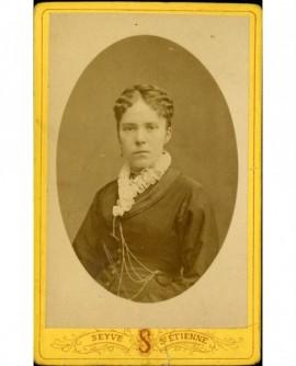 Portrait de jeune femme au col de fraise