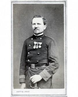 Militaire décoré posant avec sabre et décorations