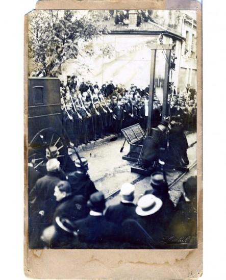 Montage de la guillotine par les boureaux sur une place à Valence