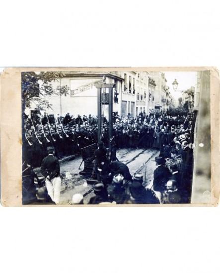 Installation de la guillotine sur la place à Valence entourée de gendarmes
