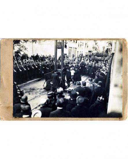Condamné et guillotine sur la place à Valence (gendarmes)