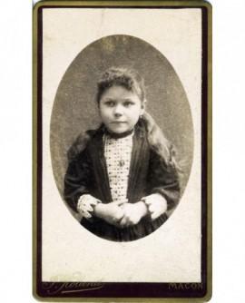 Portrait d'une fillette croisant les mains