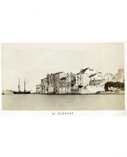 Vue extérieure du port de Saint-Florent (Corse) avec un bateau