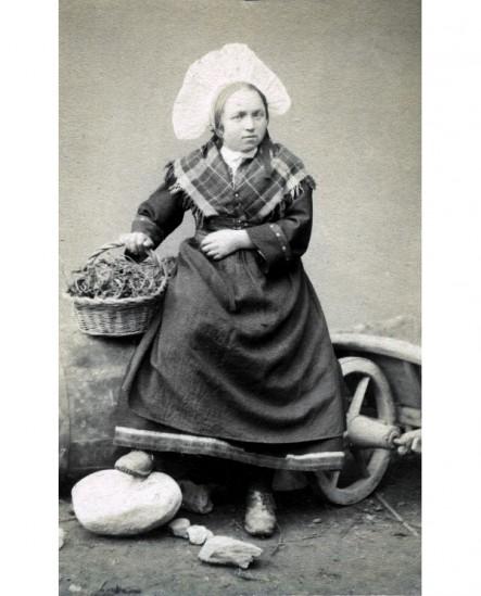 Fille en costume de Savoyarde (coiffe en crête de coq) panier à la main