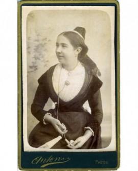 Jeune femme debout en coiffe occitane