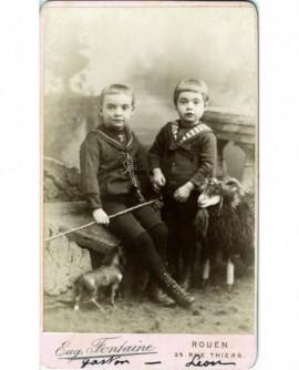 Frères en col marin, cravache, cheval (jouet), chèvre