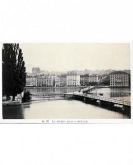 Vue du grand quai à Genève (au fond la cathédrale St Pierre)
