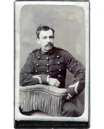Militaire moustachu (caporal) du 20è RI assis
