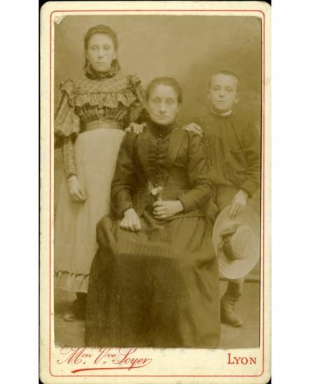 Mère assise entourée de ses deux enfants