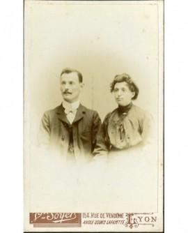 Couple: homme moustachu et femme sans bijou