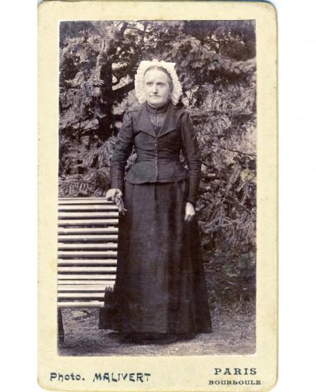 Portrait en médaillon d'une femme en bonnet et châle de laine