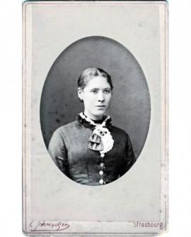 Portrait en médaillon d'une jeune fille (Caroline Lens)