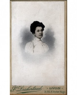 Portrait d'une jeune femme brune en corsage blanc