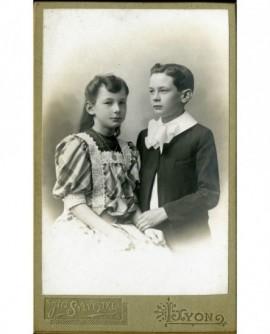 Frère et soeur se tenant le bras